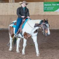Mela auf ihrem Pferd